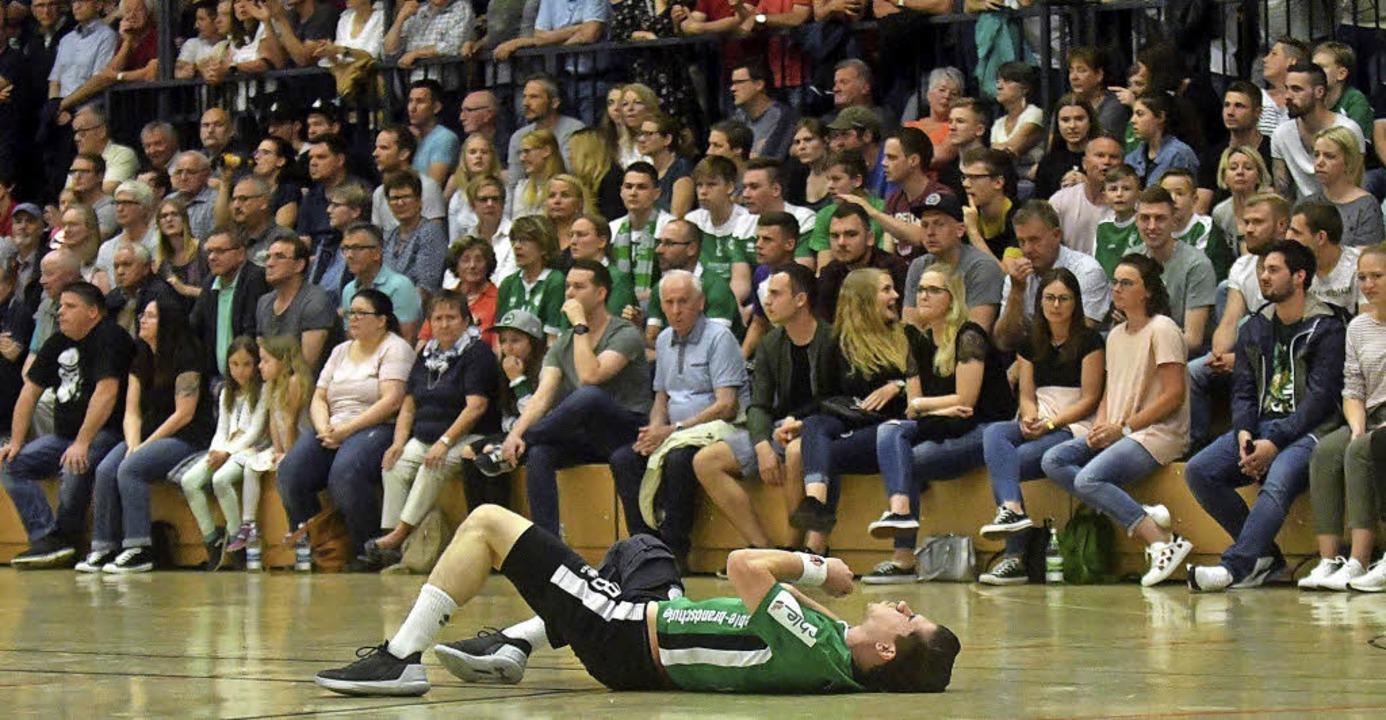 Am Boden: Michael Herzog und der HGW beim Derby in Schutterwald.   | Foto:  Wolfgang Künstle