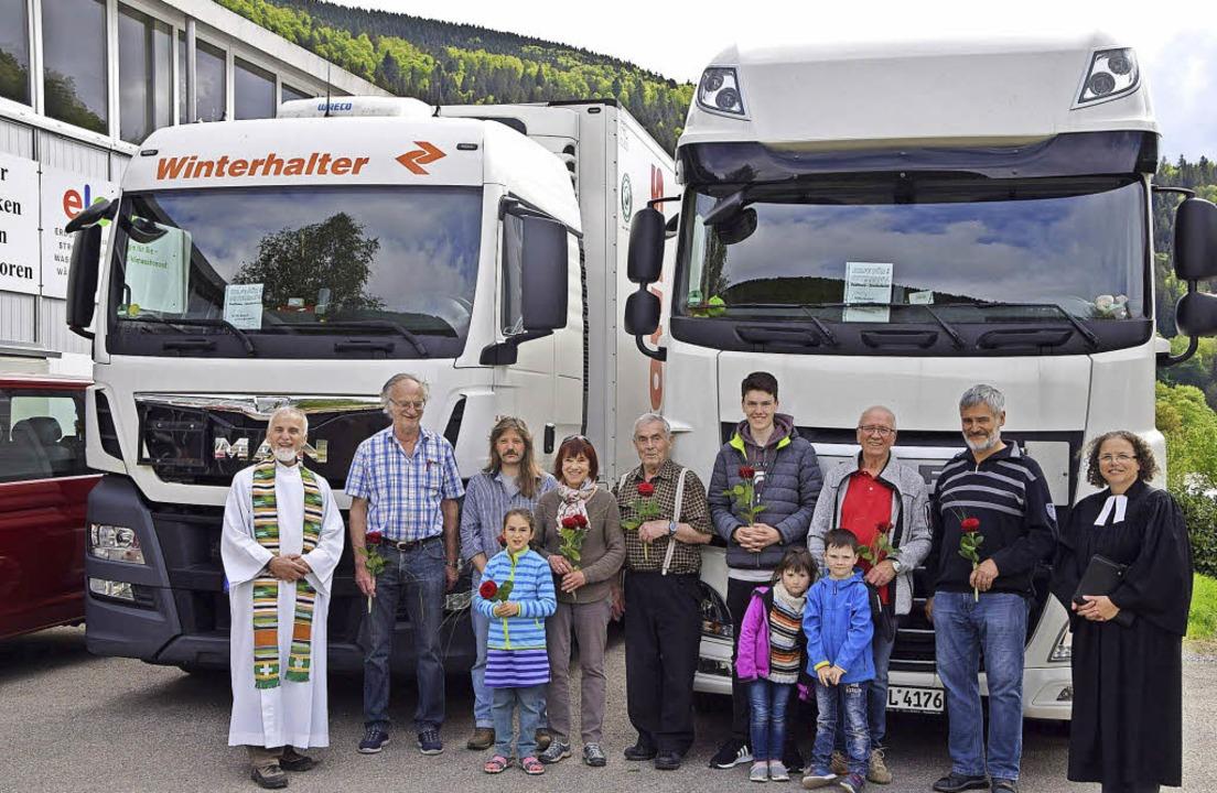 Pfarrer August Schuler wünscht gute Fa...rd der Lkw sind 24 Tonnen Hilfsgüter.   | Foto: ulrike Jäger