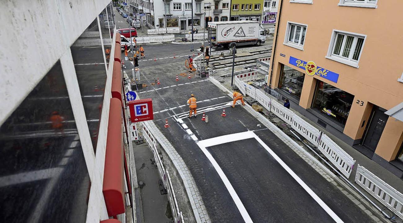 Die Bauarbeiter geben in der Merianstraße Vollgas.   | Foto: Ingo Schneider