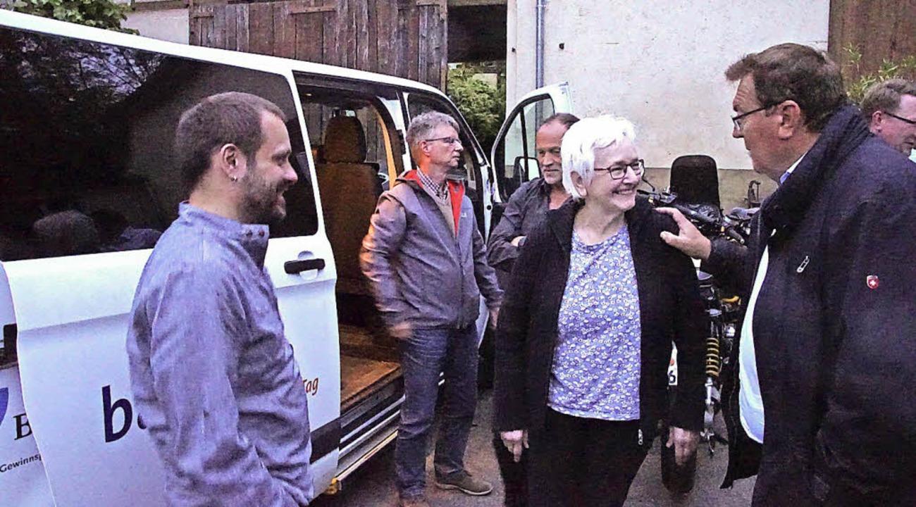 Die Teilnehmer besichtigten den Malterdinger Bürgerbus.     Foto: Ilona Hüge