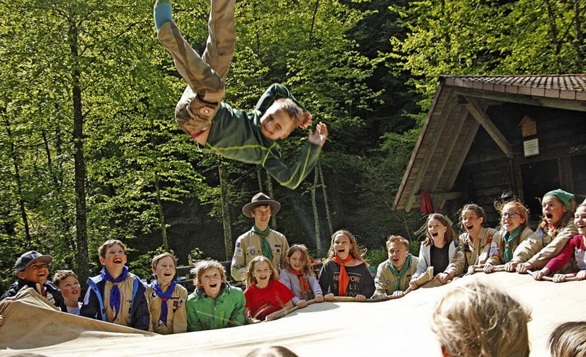 Eine gute Gemeinschaft kann  Flügel ve...iesem Sprungtuchspiel der Pfadfinder.   | Foto: Lukas Heitz