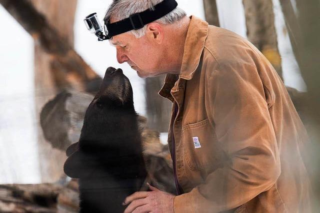 Wie ein Bärenkenner schon 165 junge Schwarzbären aufgezogen hat