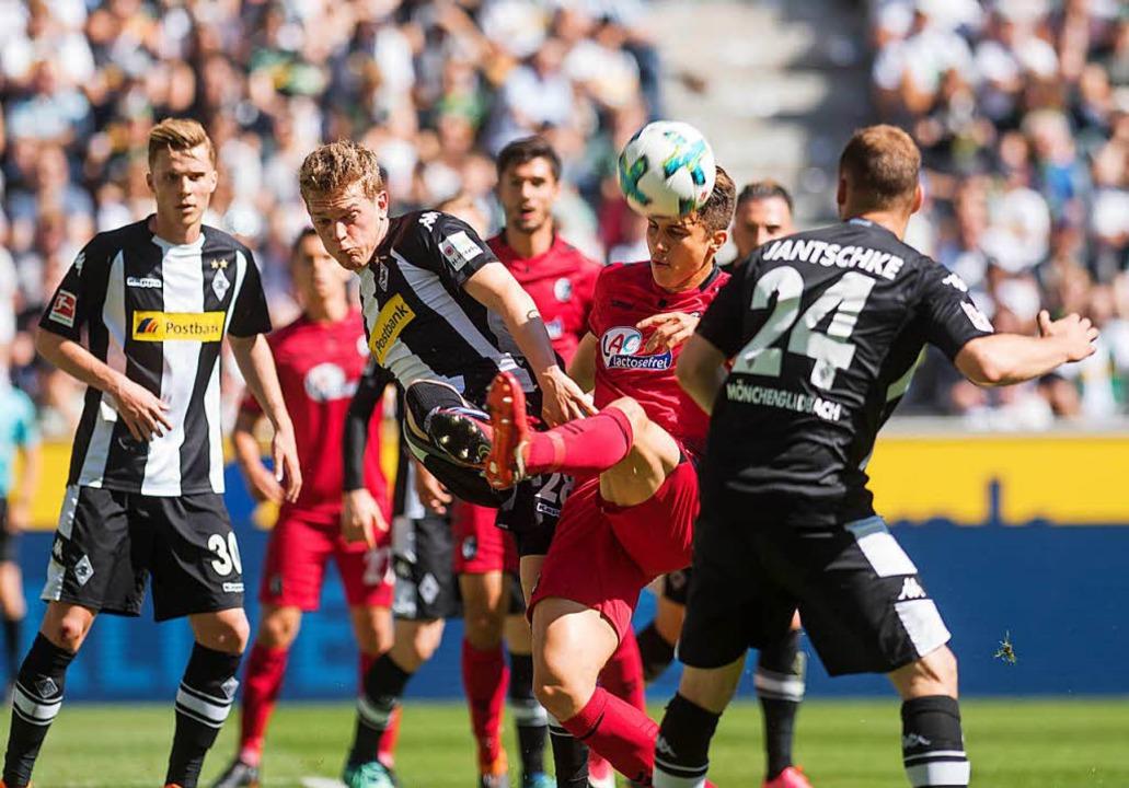 Für den SC Freiburg setzte es in Mönch...agierter Leistung eine 1:3-Niederlage.    Foto: Bernd Thissen