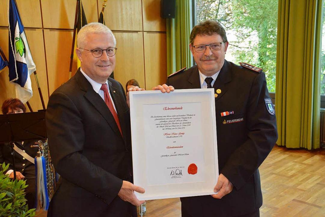 Von OB Dietz gab's die Urkunde, ...enkommandanten der Wehr ernannt wurde.  | Foto: Hannes Lauber