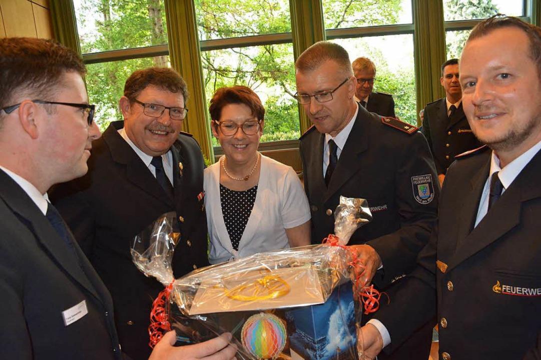Die Feuerwehrkameraden Frank Sommerhal... Ballonfahrt und einen Reisegutschein.  | Foto: Hannes Lauber