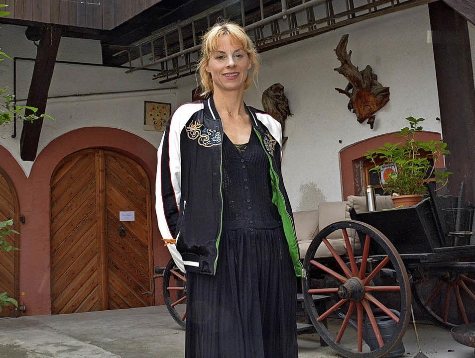 Katrin Niedermeier im Hof ihres histor...am Freitag viele Schaulustige anlockte  | Foto: Lauber
