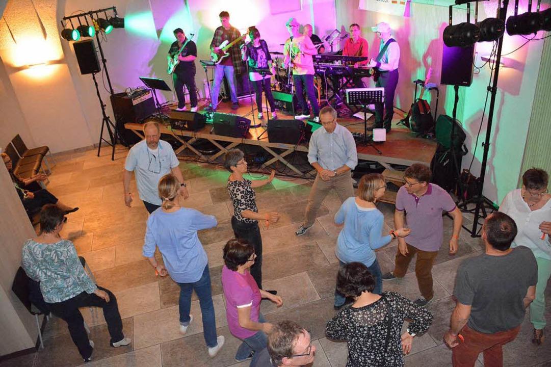 Die  Band Beat7 lockte Gäste im Gewölb...ten Rathauses Weil auf die Tanzfläche.  | Foto: Hannes Lauber
