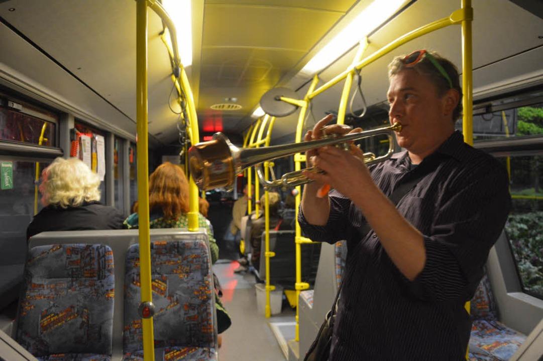 Kai Trimpin jazzte im Shuttlebus zwischen den beiden Städten.  | Foto: Barbara Ruda