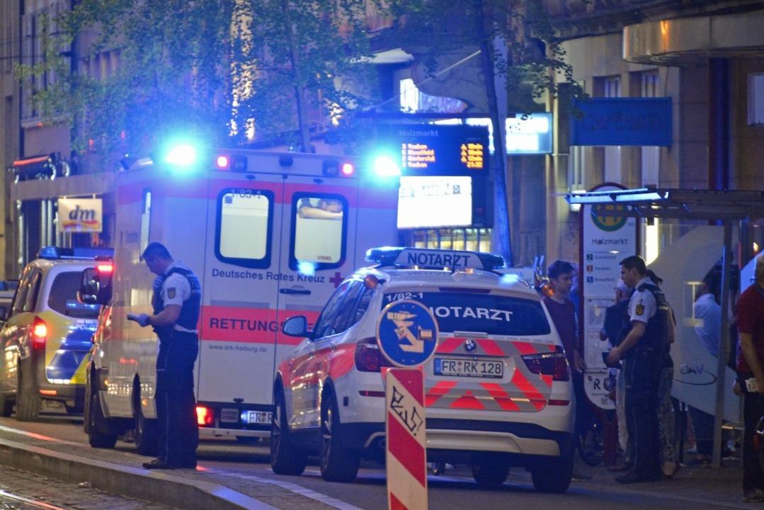 Polizei und Rettungswagen vor dem Friedrichsbau.  | Foto: Michael Bamberger