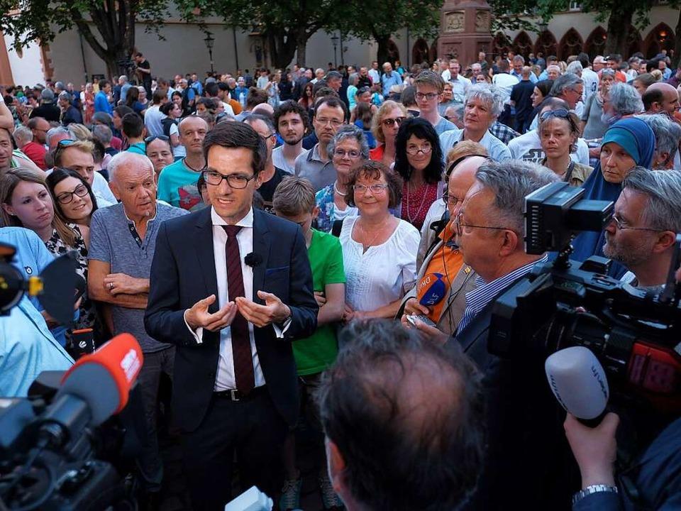 Nicht nur der mediale Andrang war groß...r waren auf den Rathausplatz gekommen.  | Foto: Miroslav Dakov