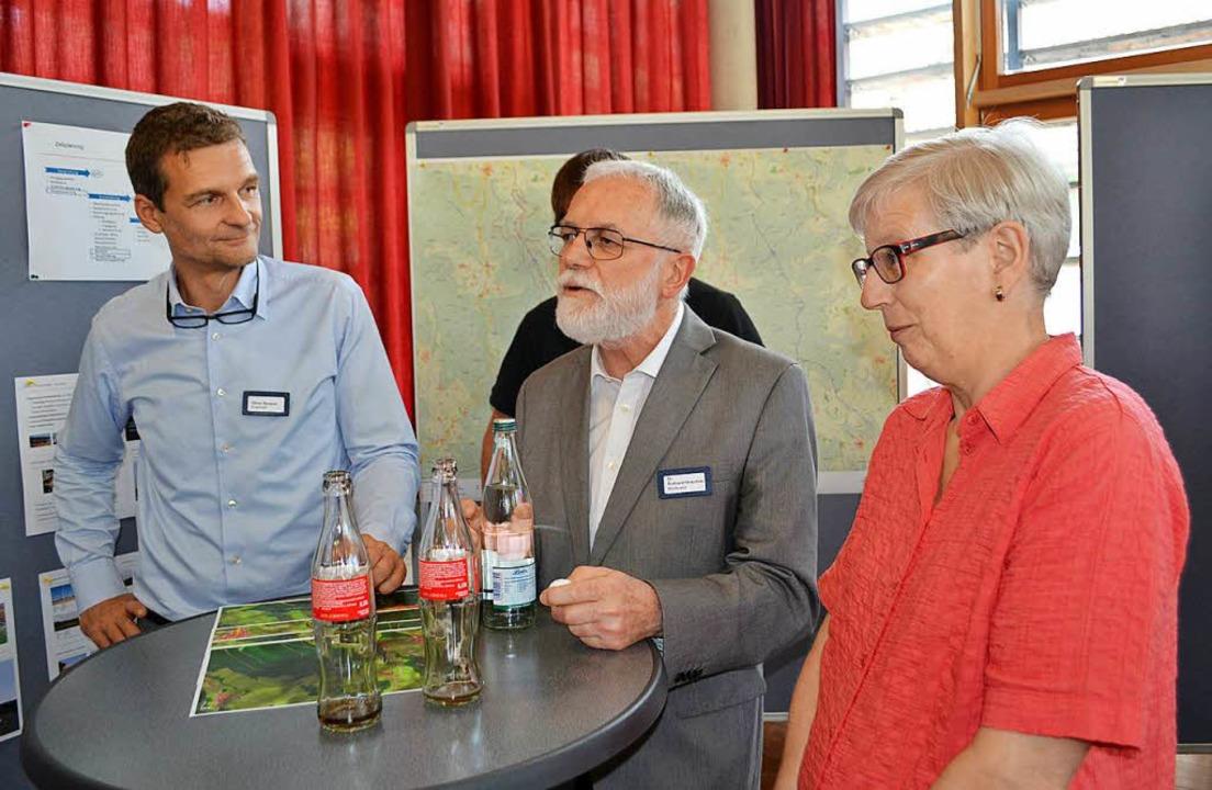 Ruthard Hirschner (Mitte) leitete die Veranstaltung als Moderator.  | Foto: Paul Berger