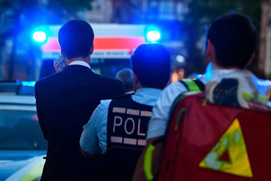 Polizisten und Ersthelfer begleiten Fr...OB am Wahlabend vor dem Friedrichsbau.  | Foto: dpa