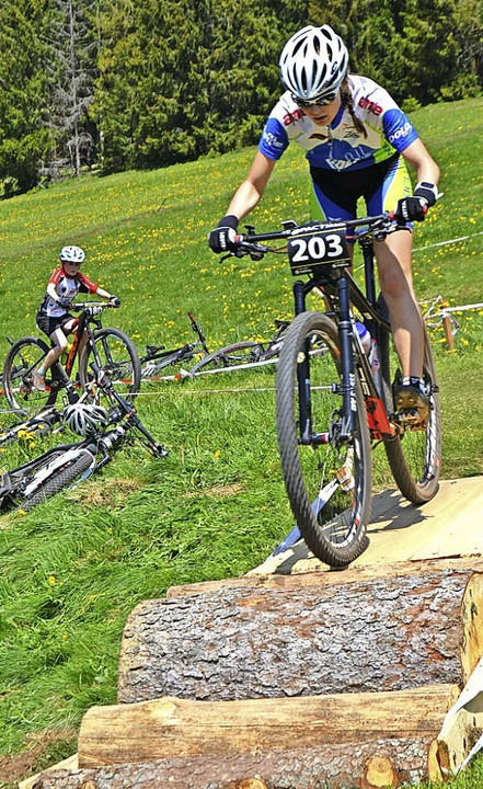 Waldwerker: Über Baumstämme ging es für die Nachwuchs-Mountainbiker abwärts.  | Foto: Helmut Junkel