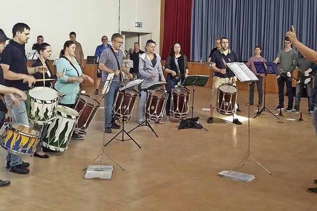 Trommeln und Fanfaren
