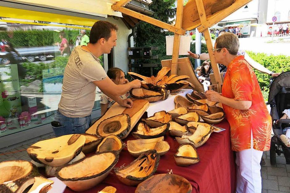 Holzschalen und -brettchen in vielen Variationen zeigten einen der etlichen Aspekte   handwerklicher   Kunst, die beim Hobby- und Kreativmarkt auf großes Interesse stießen. (Foto: Erhard Morath)