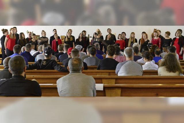 Der Chor Pop-Up aus Detmold tritt in einer Sondervorführung vor Insassen im Freiburger Gefängnis auf