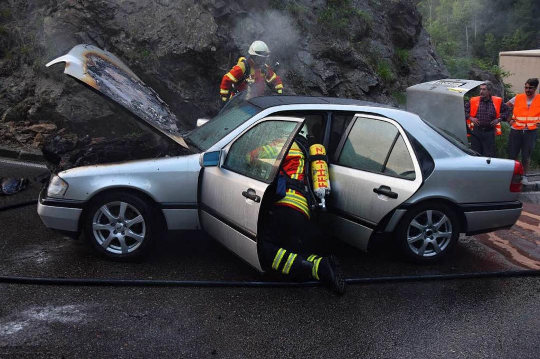 Ausgebrannt ist dieser Mercedes in der Kreuzfelsenkurve.  | Foto: kamera24
