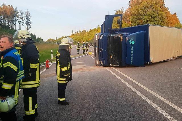 Lastwagen kippt um und blockiert stundenlang die A 98