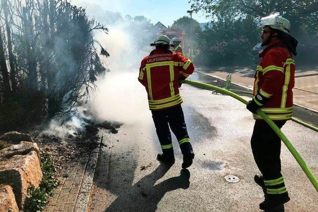 Feuer drohte aufs Haus überzugreifen