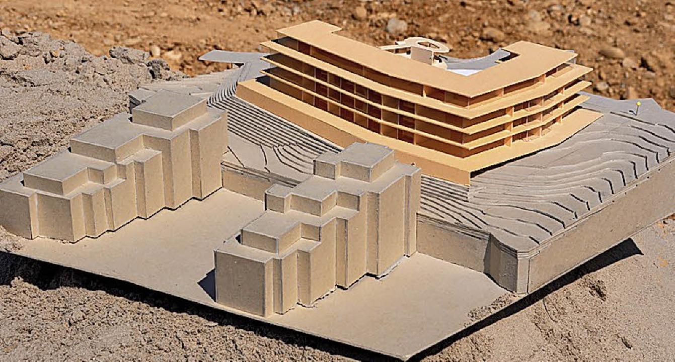 Modell des Mehrfamilienwohnhauses mit ... in Baugebeit Hinterm Hof II erstellt.  | Foto: Jutta Schütz