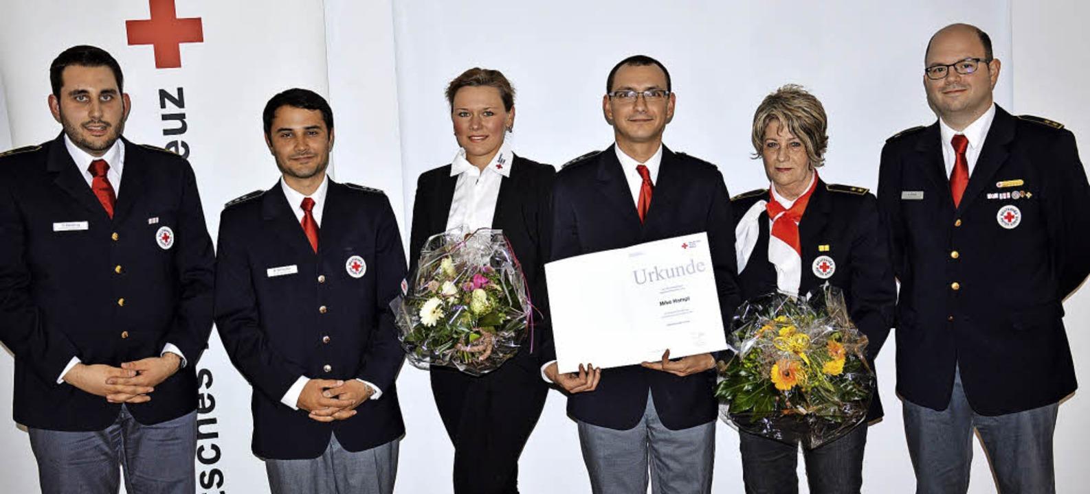 Uwe Grauli vom DRK-Kreisverband (ganz ...lt und Inge Böttger-Fisch (35 Jahre).   | Foto: Georg Diehl