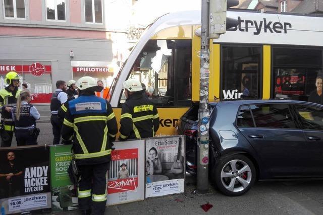 Straßenbahn der Linie 1 stößt mit Auto in der Freiburger Innenstadt zusammen