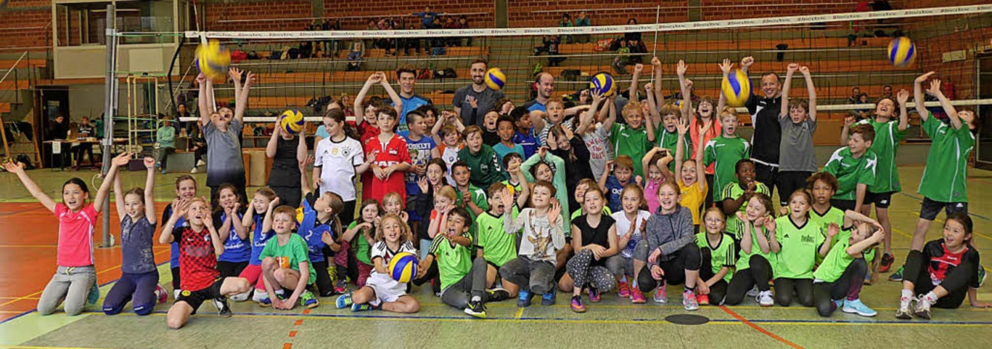 <BZ-FotoAnlauf>Volleyball </BZ-FotoAnl...0 Grundschüler, am besten die Feyels.     Foto: Mack