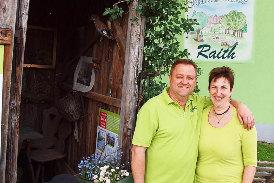 Das Ehepaar Jochen und Simone Reith vor dem Waldeckhof in Weisweil.  | Foto: Michael Haberer