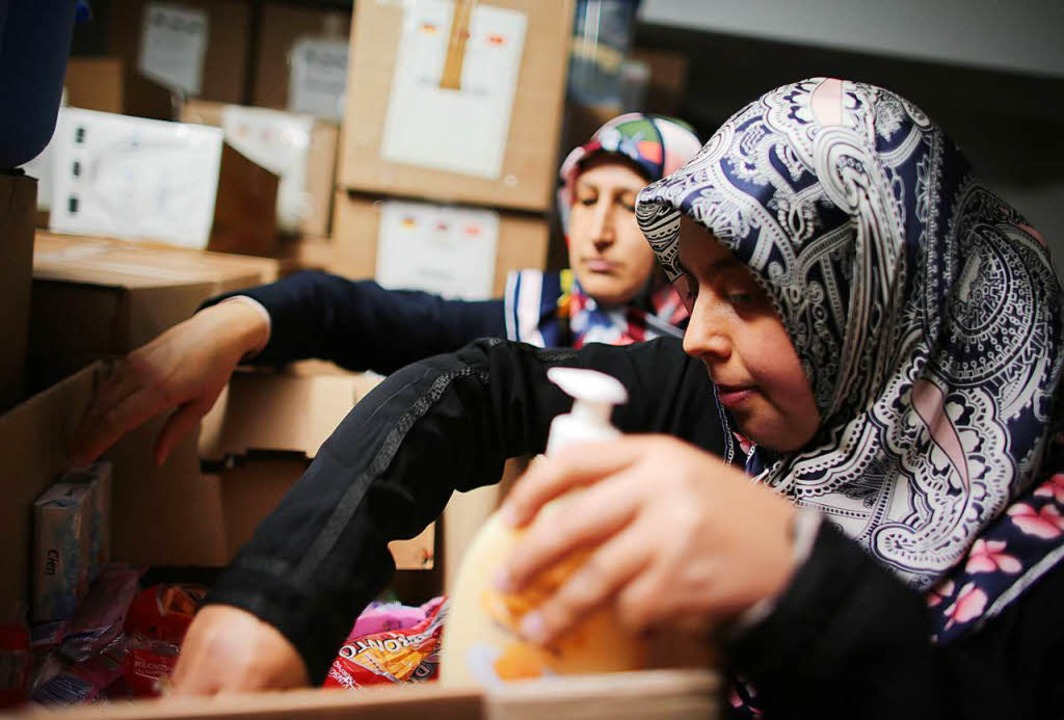 Frauen einer Moscheegemeinde packen im Jahr 2015 Hilfspakete für Flüchtlinge.     Foto: DPA