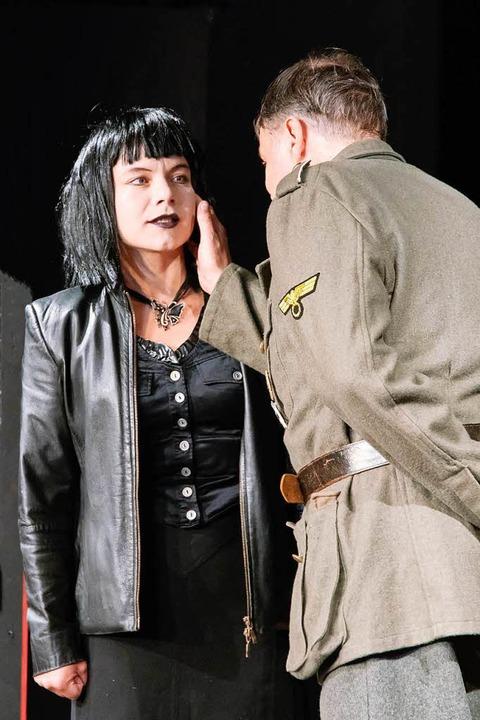 Ist er wieder da? Elisabeth Kreßler und Hans Poeschl  | Foto: Theater