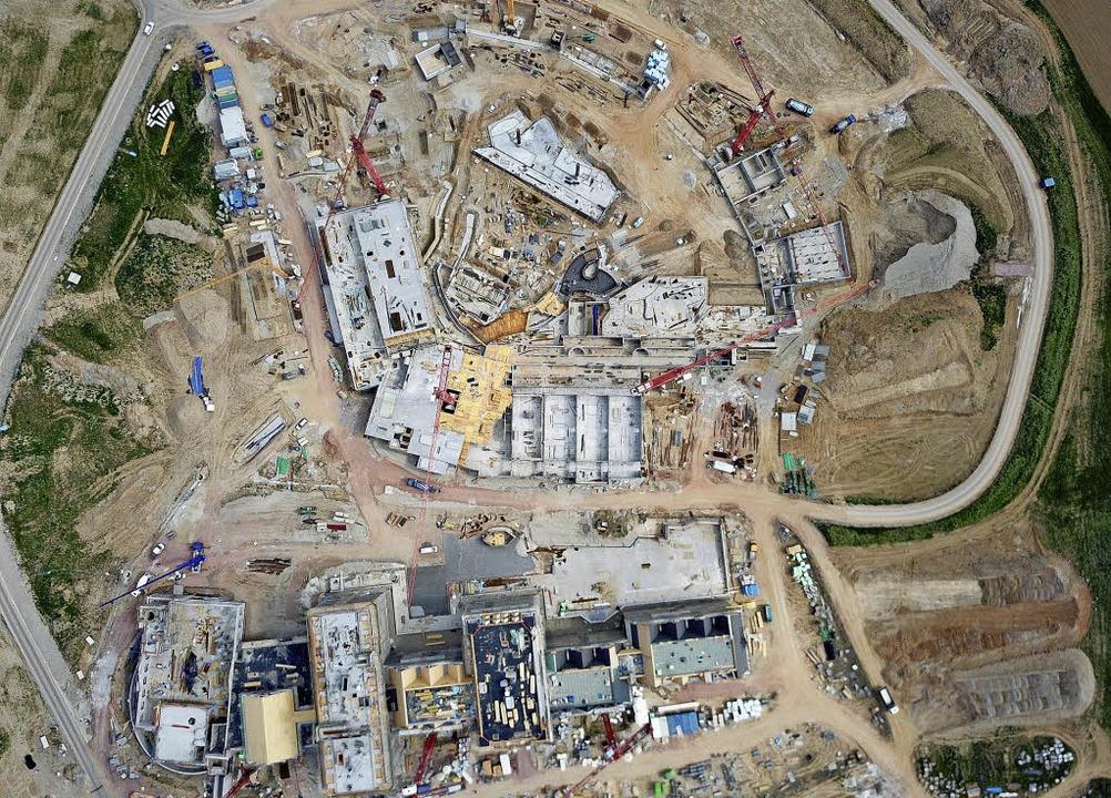 Ein Blick von ganz oben auf die Bauste...igen Wasserwelt Rulantica zu erkennen   | Foto: Michael Thoma/Europa-Park