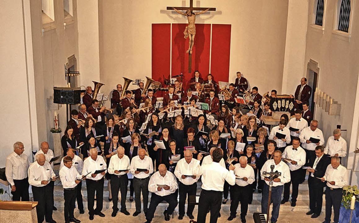 Vereint für den guten Zweck:  Ein bewe...efizkonzert in der Atzenbacher Kirche.  | Foto: Paul Berger