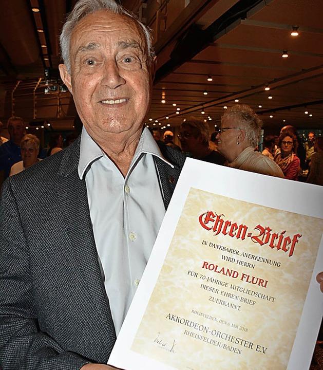 Roland Flury erhält den Ehrenbrief.  | Foto: Danielle Hirschberger