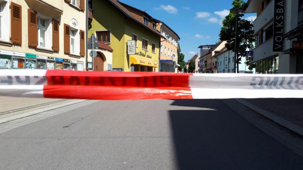 Die Wehrer Innenstadt ist derzeit wege...en Koffers von der Polizei abgesperrt.  | Foto: Erika Bader