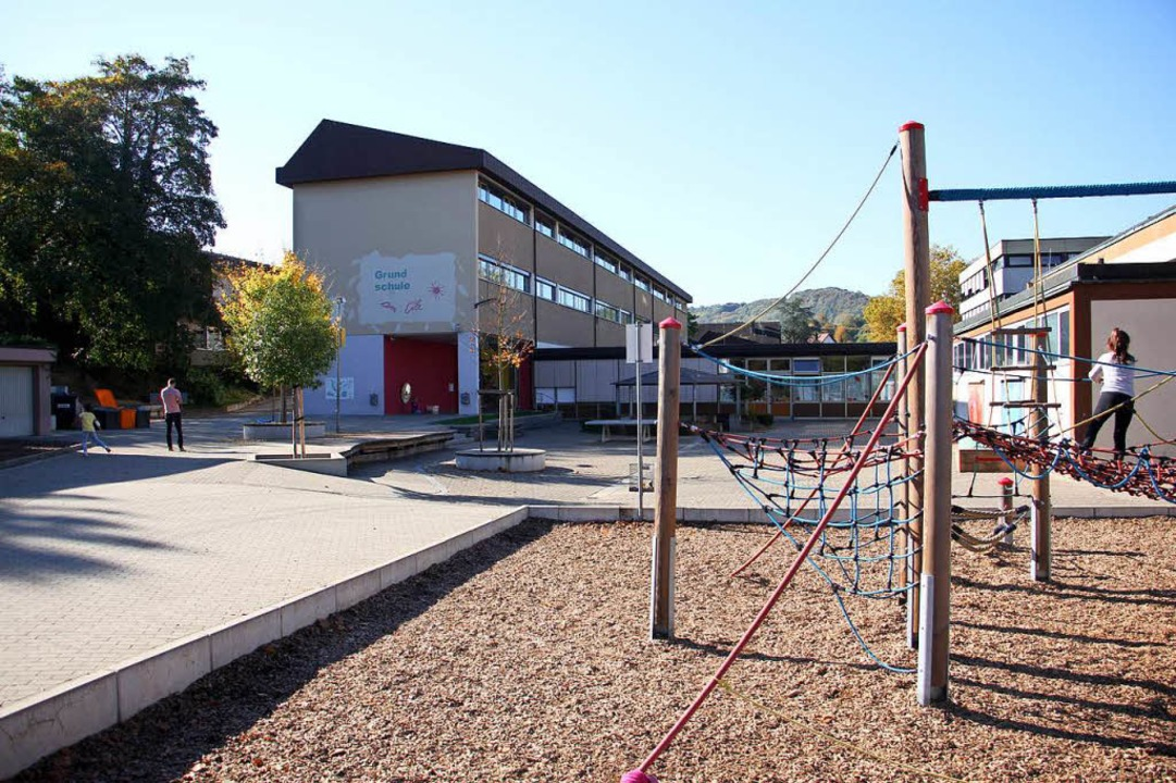 Das alte Grundschulgebäude am Erle wir...bgerissen, wenn der Neubau fertig ist.    Foto: Martin Wendel