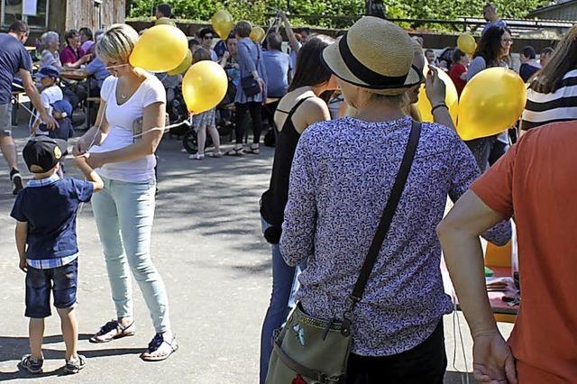 Zur Feier gehen gelbe Ballons in die Luft