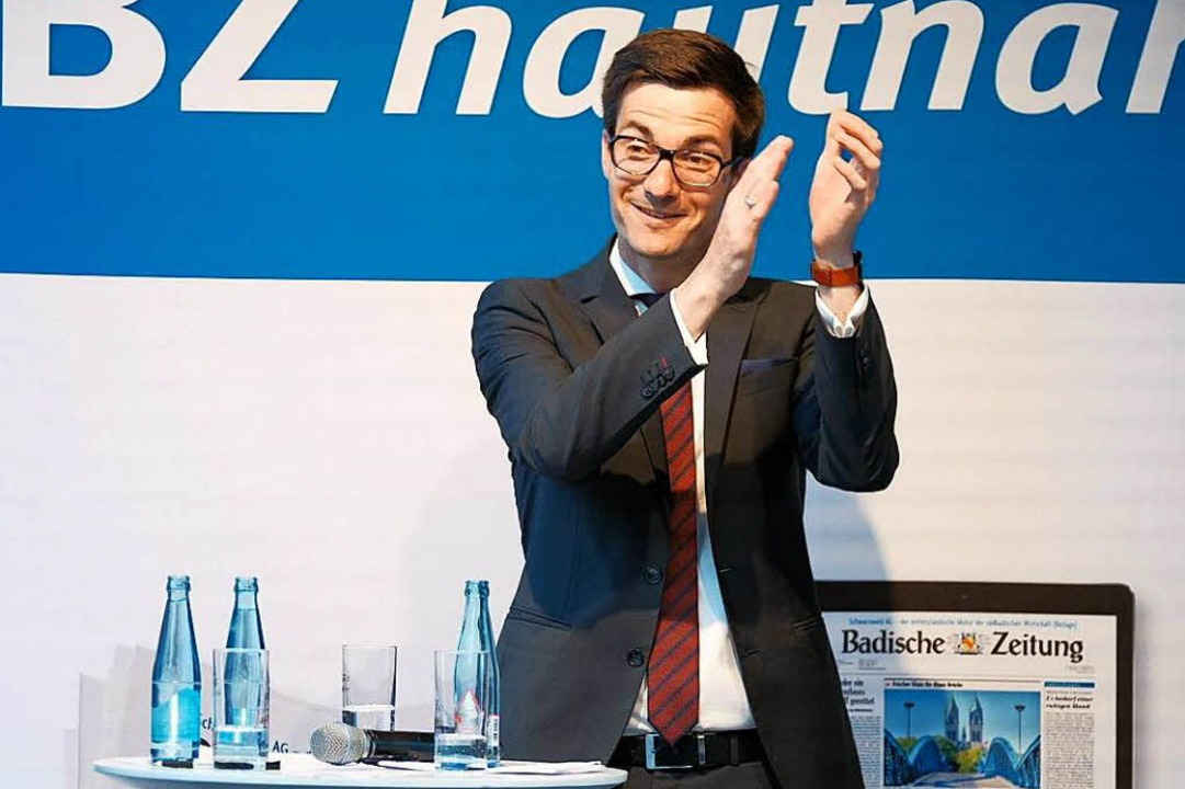 Danke, Freiburg! Der künftige OB Marti...m Wahltag auf der Rathausbühne feiern.  | Foto: Miroslav Dakov