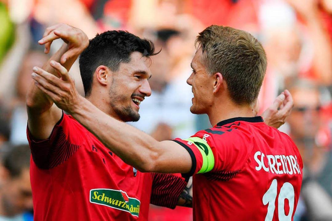 Nils Petersen gratuliert seinem Stürme...ienst zu dessen wichtigem 2:0-Treffer.  | Foto: dpa