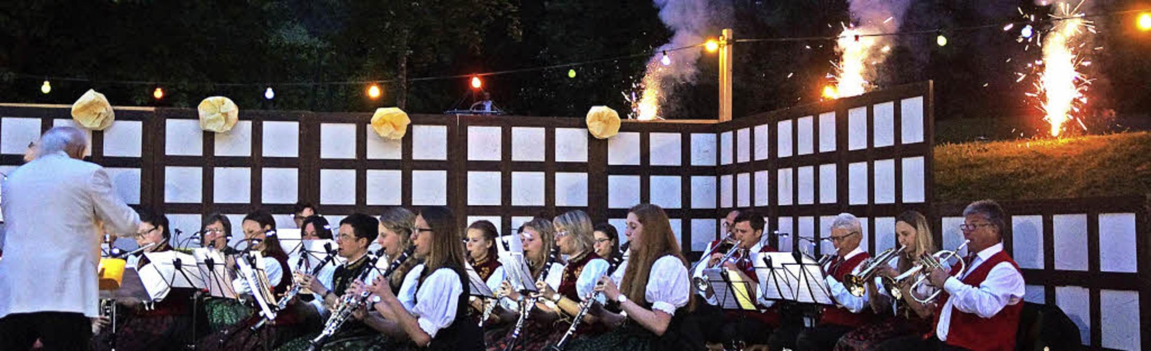 Zum Abschluss des Serenadenkonzerts  d...em Himmel gab es sogar ein Feuerwerk.   | Foto: Verena Wehrle