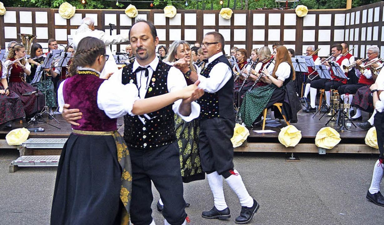 Die Trachtengruppe Todtnauberg tanzte zum Walzer der Stadtmusik Schönau.  | Foto: Verena Wehrle