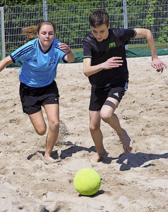 Spaß auf schwerem Geläuf: die Finalrunde beim Beach-Soccer der Mittelstufe   | Foto: Jutta Geiger