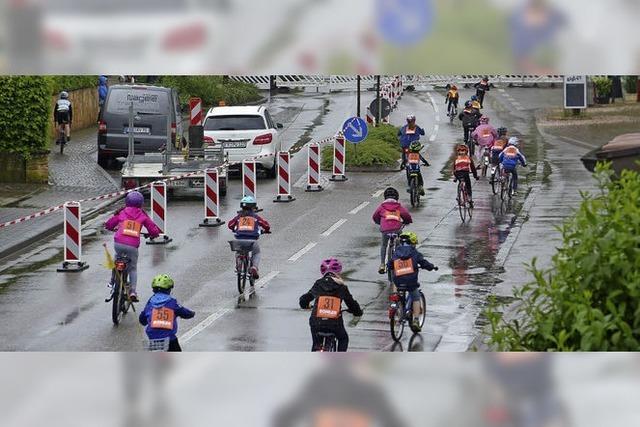 Junge und alte Rennradfahrer trotzen dem Regen