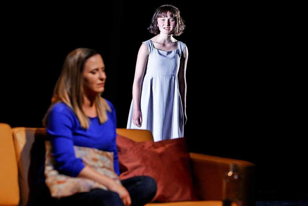 "Marieke Kregel (links), Anne Langer in ""Mayday""  | Foto: Birgit Hupfeld"