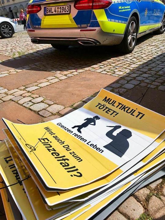 Abgehängte  Plakate mit dem Logo der I...ung vor dem Offenburger Polizeirevier.  | Foto: privat