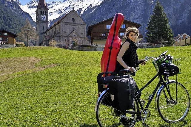 Mit Fahrrad und Cello