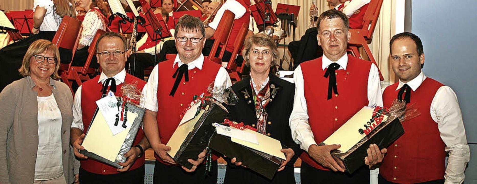 Karin Horst vom Blasmusikverband (link...Gutmann für 40-jährige Mitgliedschaft.  | Foto: Wolf-Wilhelm Adam