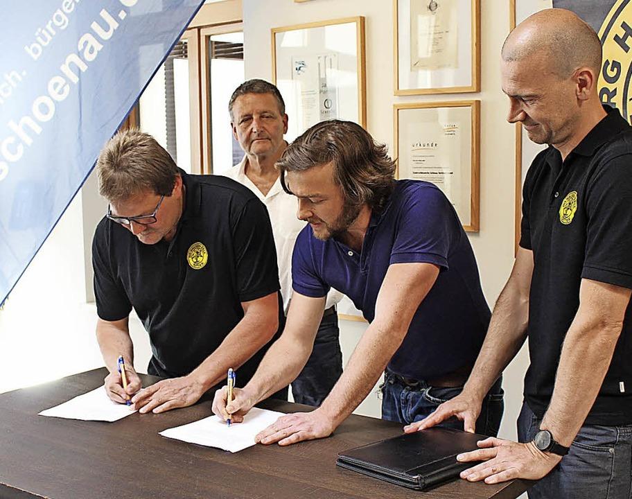 Ralf Wagner (sportlicher Leiter der RG...der Vertragsunterzeichnung (von links)  | Foto: martin klabund