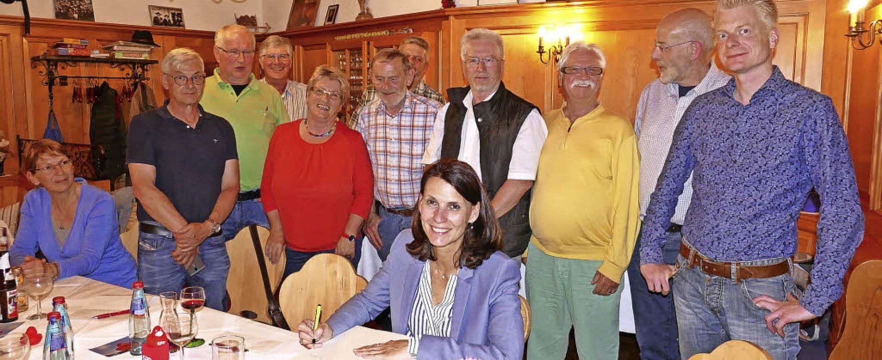 Rita Schwarzelühr-Sutter trug sich ins...tsvereins im Goldenen Buch verewigen.   | Foto: Juliane Kühnemund