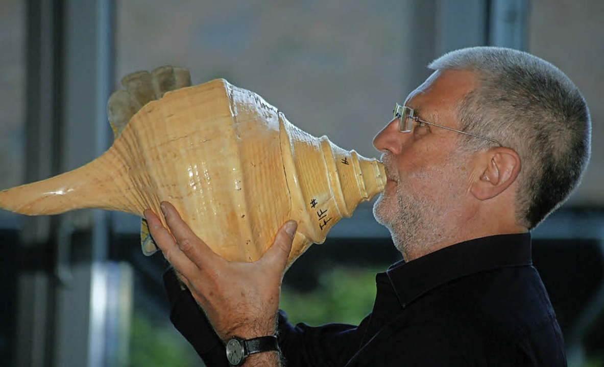 Musikalisch gurgelt Franz Schüssele mi...r  auf einer großen Schneckenmuschel.   | Foto: Sandra Decoux-Kone