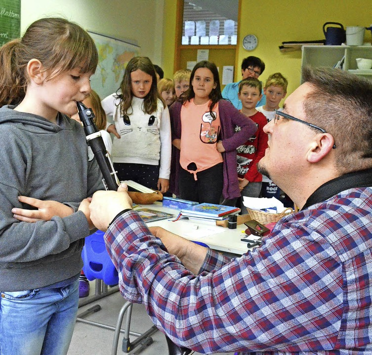 Frank Pohl zeigt den Schülerinnen und Schülern, wie man die Klarinette spielt.  | Foto: Sebastian Barthmes